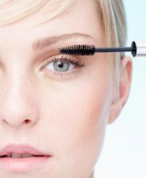 Начало нанесения макияжа для маленьких глаз