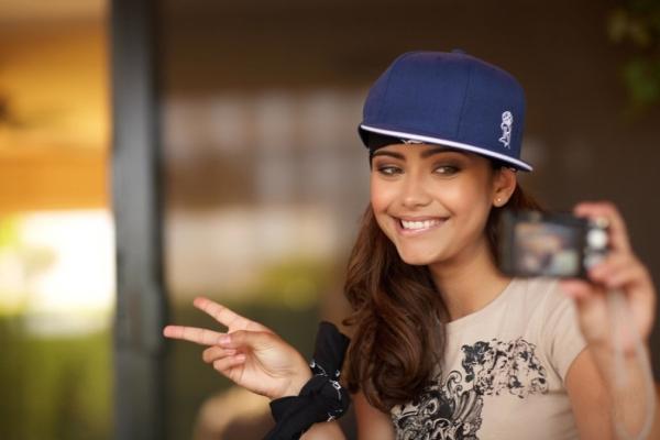 С чем носить кепку девушке
