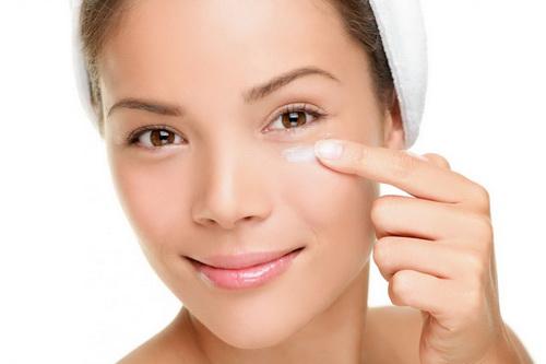 Увлажнение и уход за кожей вокруг глаз