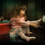 Девочка примеряет мамины туфли