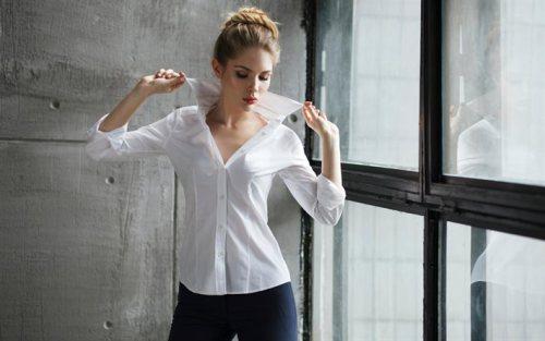 Девушка в блузке  и брюках