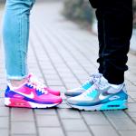 парень и девушка в кроссовках