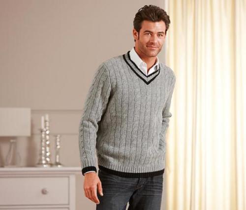 парень в пуловере
