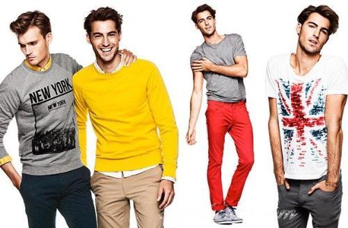 мужчины в футболках